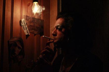 Pouca luz é usada no espetáculo e há momentos de total escuridão. (FOTO: Divulgação)